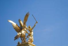 Estátua dourada Paris França da ponte de Pont Alexandre III Fotos de Stock Royalty Free