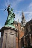 Estátua e igreja em Haarlem, Holland Fotos de Stock