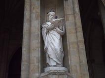 A estátua e os pombos fotos de stock royalty free