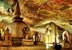 A estátua e a pintura da Buda em Dambulla cavam o templo Imagem de Stock