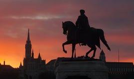 Estátua e St Matthias Church, Budapest, Hungria imagem de stock