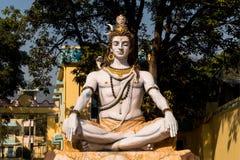 Estátua em Rishikesh, India de Shiva O deus Shiva senta-se em uma posição de Lotus e medita-se fotografia de stock royalty free