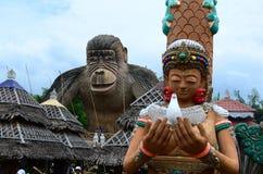 Estátua enorme da sereia na frente da estátua de Kingkong foto de stock royalty free