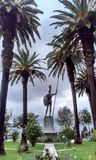 Estátua entre palmeiras Imagem de Stock