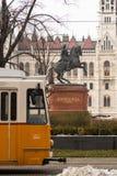 Estátua equestre de Rakoczi em Hungria na frente da construção húngara do parlamento fotos de stock royalty free