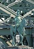 Estátua equestre do imperador Friedrich III na ponte de Hohenzollern na água de Colônia, Alemanha Fotos de Stock Royalty Free