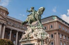 Estátua equestre do príncipe Savoyai Eugen na frente de Royal Palace histórico em Buda Castle Imagens de Stock