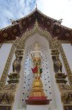 Estátua ereta branca da Buda de Wat Saen Muang Ma Luang imagem de stock