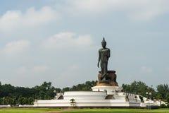 Estátua estando de Buddha Imagens de Stock