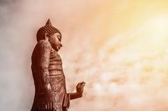 Estátua estando de Buddha Imagens de Stock Royalty Free