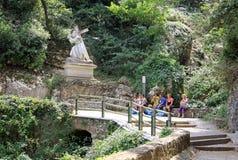 Estátua a estrada ao calvário que leva a cruz na abadia Santa Maria de Montserrat do licor beneditino, Espanha Imagens de Stock Royalty Free
