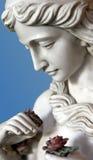 Estátua fêmea que mantem uma rosa disponivel Fotografia de Stock
