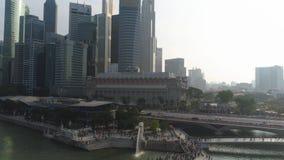 Estátua famosa da fonte no parque de Merlion e na arquitetura da cidade de Singapura tiro A fonte de Merlion jorra a água em Sing fotografia de stock