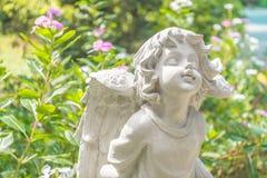 Estátua feericamente no jardim com flor Imagem de Stock Royalty Free