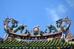 Estátua gêmea dos dragões no telhado chinês do templo foto de stock royalty free