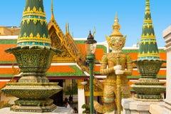 Estátua gardian da opinião grande do palácio no kaew do phra do wat com bangk do sol Fotos de Stock