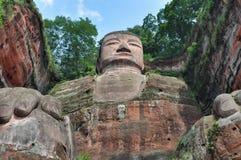 Estátua gigante de buddha na rocha fotografia de stock royalty free