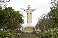 Estátua gigante de Jesus Christ na montagem Nyo, Vung Tau, Vietname fotos de stock royalty free