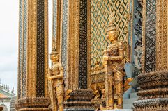 Estátua gigante dourada elegante do guardião do bui grande do palácio de Banguecoque Foto de Stock