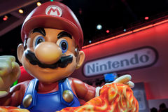 Estátua gigante super de Mario e logotipo de Nintendo
