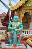Estátua gigante uma parte dianteira do protetor fora da porta do templo Imagens de Stock