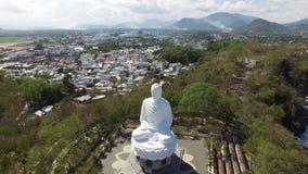 Estátua grande de buddha da avaliação aérea video estoque