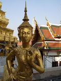 Estátua grande do ouro do palácio em Banguecoque Fotos de Stock Royalty Free