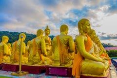 a estátua grande dourada da Buda entre muitas estátuas pequenas da Buda Imagem de Stock Royalty Free