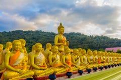 a estátua grande dourada da Buda entre muitas estátuas pequenas da Buda Foto de Stock Royalty Free