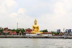 Estátua grande dourada de buddha de Wat Bangchak Temple Imagens de Stock Royalty Free