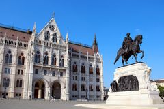 Estátua húngara do parlamento e de Andrassy Gyula em Budapest foto de stock