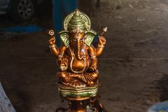 Estátua hindu de Ganesha do deus e o deus do sucesso com fundo borrado fotografia de stock