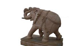 Estátua isolada do elefante no fundo branco feito da pedra cor-de-rosa fotografia de stock