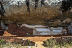 A estátua longa da Buda de um sono de 48 pés construída sob uma cara do penhasco no templo de Pidurangala em Sigiriya em Sri Lank Imagem de Stock