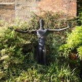 Estátua moderna de Cristo no jardim da abadia fotografia de stock royalty free