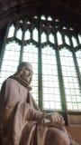 Estátua na catedral de Manchester, Reino Unido imagens de stock