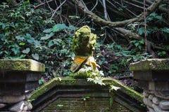 Estátua na floresta sagrado do macaco, Ubud, Bali, Indonésia foto de stock royalty free