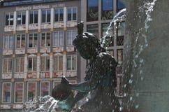 Estátua na fonte de água pequena em Munich em Alemanha fotos de stock royalty free
