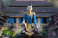 Estátua na frente do monastério Fotos de Stock Royalty Free