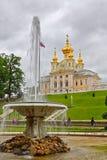Estátua na frente do palácio em Peterhof imagens de stock