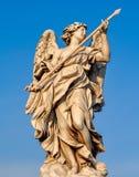 Estátua na ponte Ponte Sant 'Angelo do anjo do St em Roma, Itália foto de stock royalty free