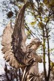 Estátua na sepultura no cemitério velho Fotografia de Stock Royalty Free