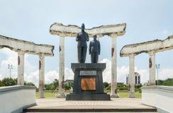 Estátua nas ruínas, museu Tugu Pahlawan da proclamação em Surabaya, East Java, Indonésia Imagens de Stock