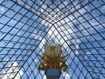 Estátua no pyramide da grelha fotos de stock royalty free