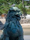Estátua no santuário de Itsukushima, Japão fotografia de stock