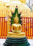 estátua Ouro-colorida da Buda no templo budista Imagem de Stock