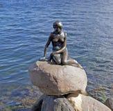A estátua pequena do bronze da sereia em Copenhaga, Dinamarca Fotos de Stock