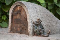 Estátua pequena do gnomo 'de Spioch 'do anão no mercado em Wroclaw, Polônia imagem de stock royalty free