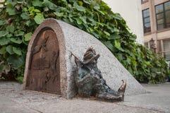 Estátua pequena do gnomo 'de Spioch 'do anão no mercado em Wroclaw, Polônia imagens de stock