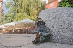 Estátua pequena do gnomo 'de Spioch 'do anão no mercado em Wroclaw, Polônia foto de stock royalty free